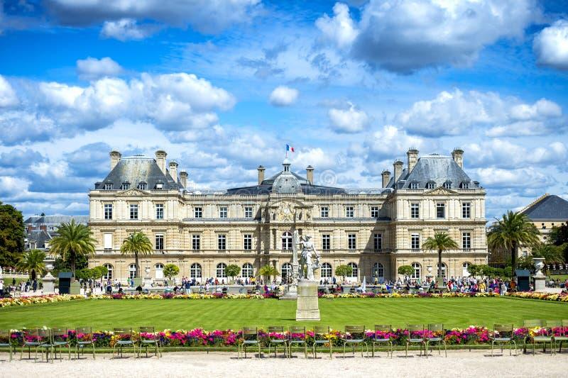 Paris: De Luxembourg trädgårdarna Jardin du Luxembourg och slott france royaltyfria foton
