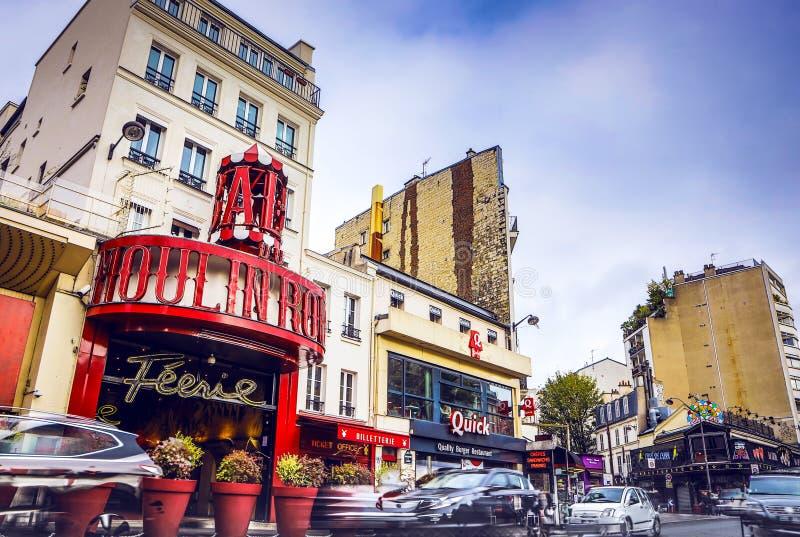PARIS - 11 de novembro: O vermelho de Moulin no tempo do dia O vermelho de Moulin é uma taberna famosa construída em 1889, locali imagens de stock