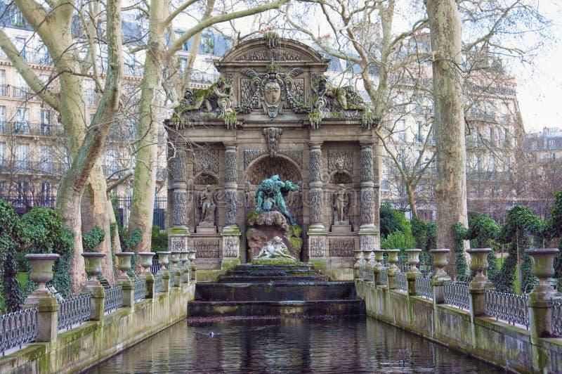 Paris den Medici springbrunnen är en springbrunnfom de Luxembourg trädgårdarna royaltyfri foto