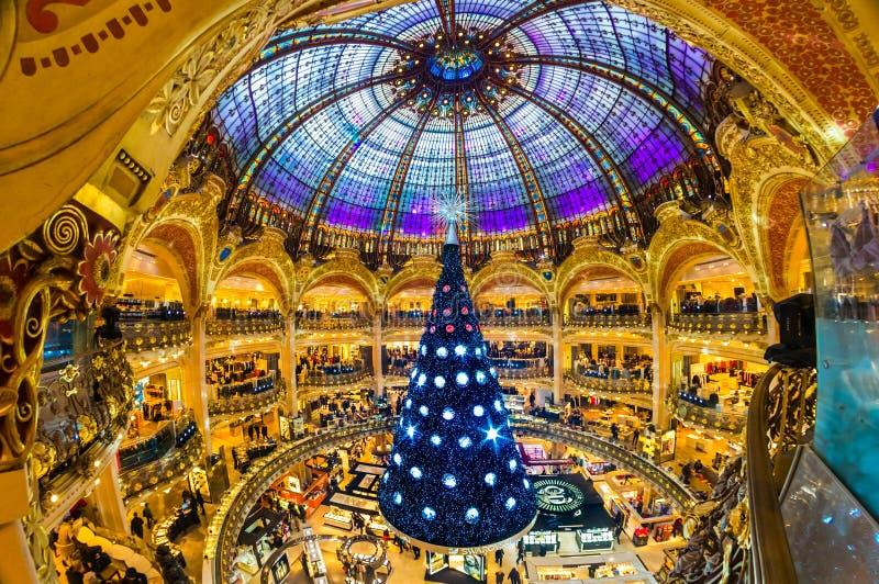 PARIS - 7. DEZEMBER: Der Weihnachtsbaum bei Galeries Lafayette an stockbild