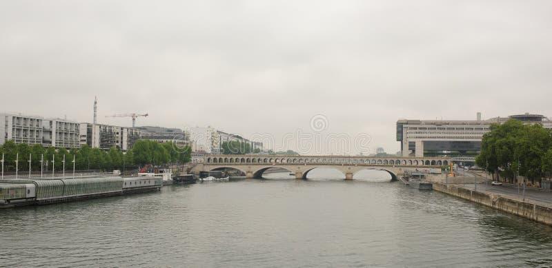 paris Die Bercy-Brücke auf dem Fluss die Seine stockbilder