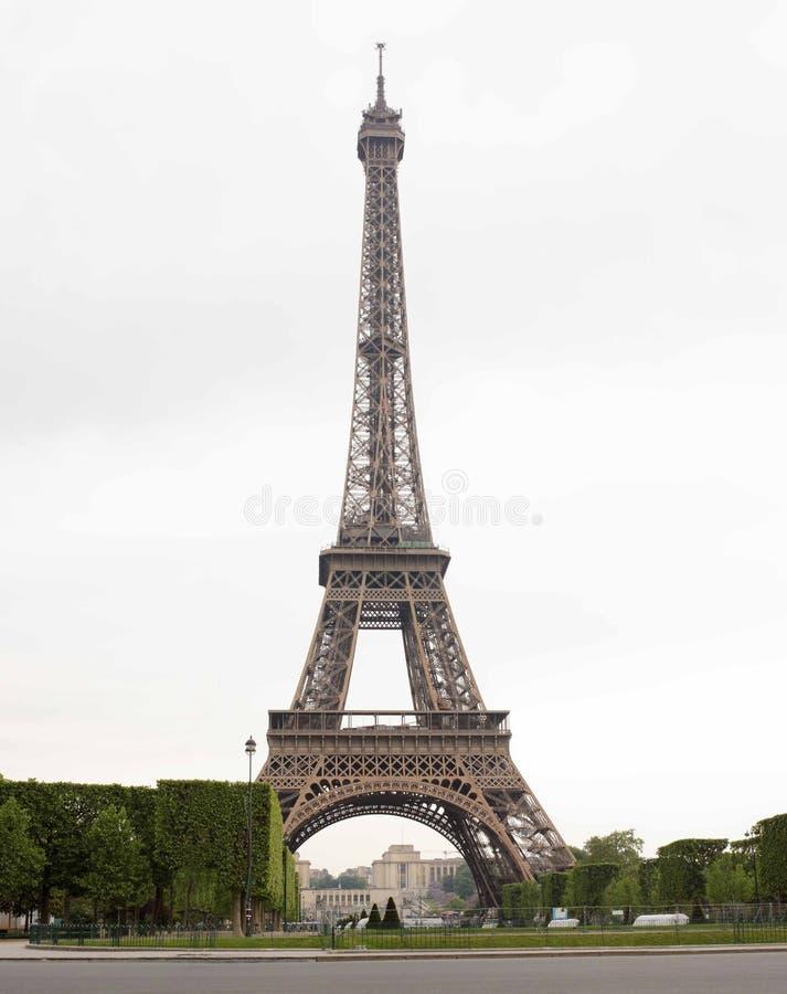 paris Eiffeltorn i morgonen i molnigt väder arkivfoto
