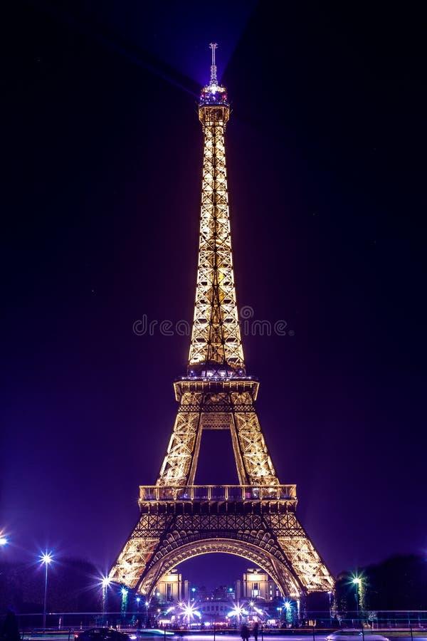 Paris-Eiffelturm bis zum Nacht Purpurrotes Licht stockbild