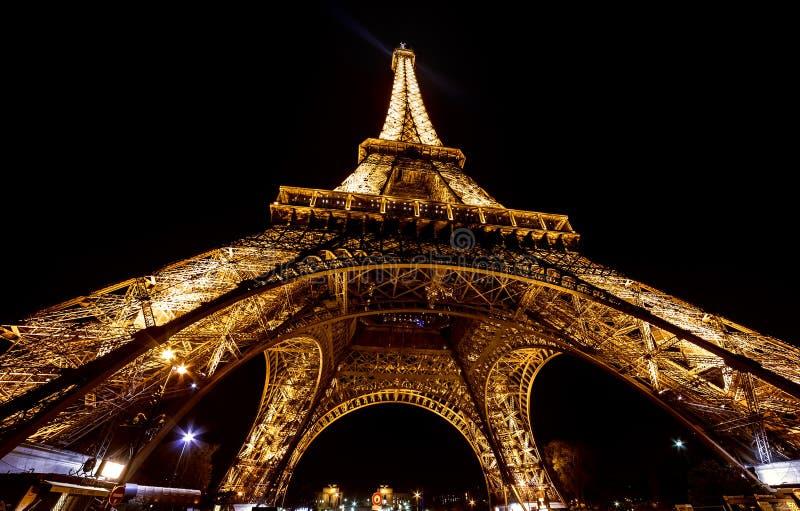 Paris-Eiffelturm bis zum Nacht Purpurrotes Licht lizenzfreie stockfotos