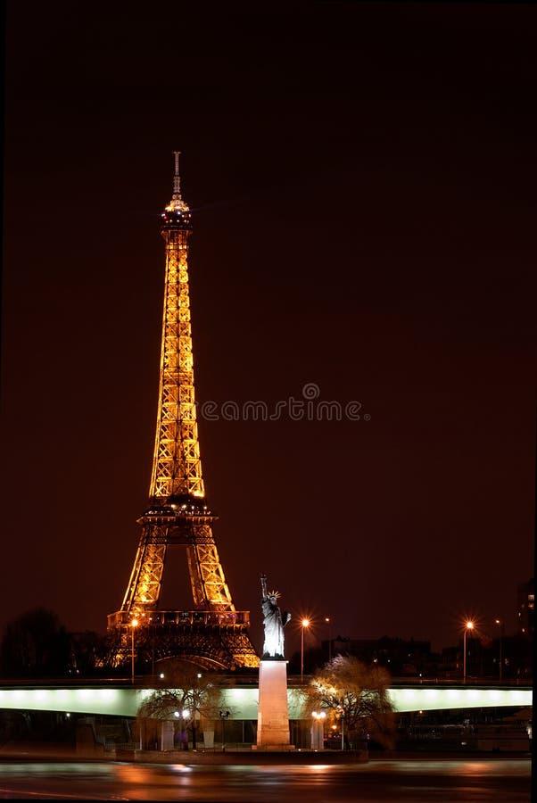 Paris em a noite: Torre Eiffel e estátua de liberdade fotografia de stock