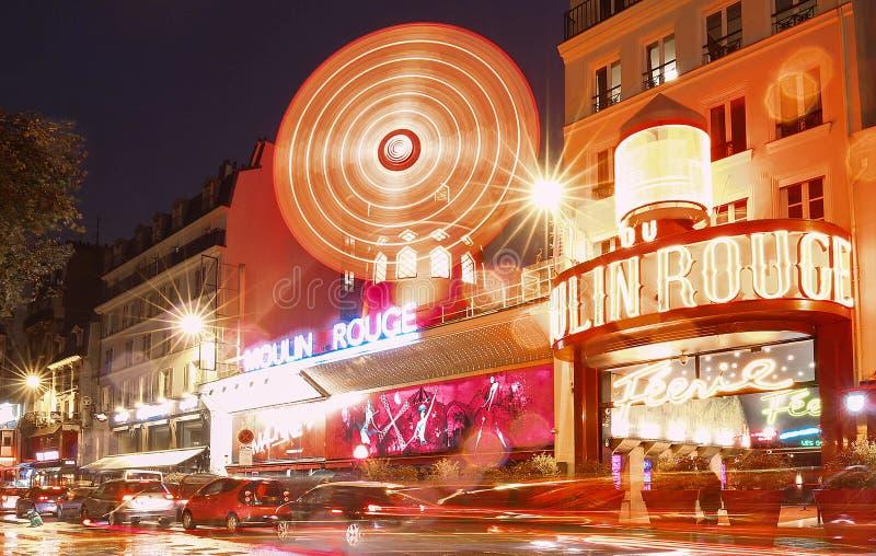 paris för france moulinnatt rouge Det är en berömd kabaret som byggs i 1889 och att lokalisera i den Paris bordellkvarteret arkivfoton