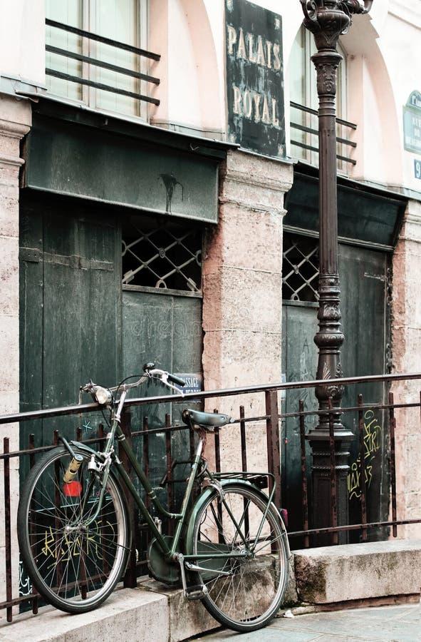 Paris-Fahrrad Romance im Palais Royal stockfoto