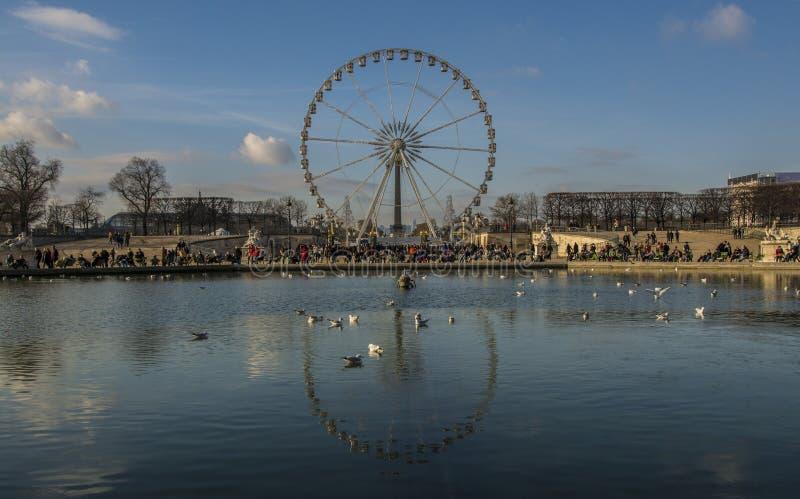 Paris Ferris Wheel refletido em um lago imagens de stock royalty free