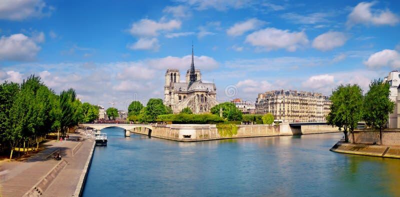 Paris flod Seine med den Notre-Dame domkyrkan från baksidan på a royaltyfria foton