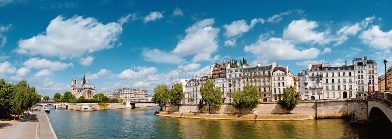 Paris flod Seine med den Notre-Dame domkyrkan i vår arkivfoto