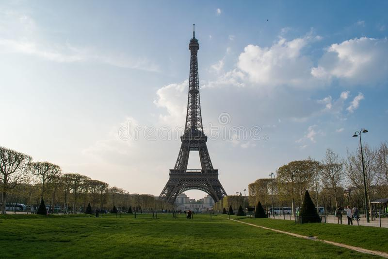Paris, França - 1º de abril de 2019: Torre Eiffel na mola fotos de stock