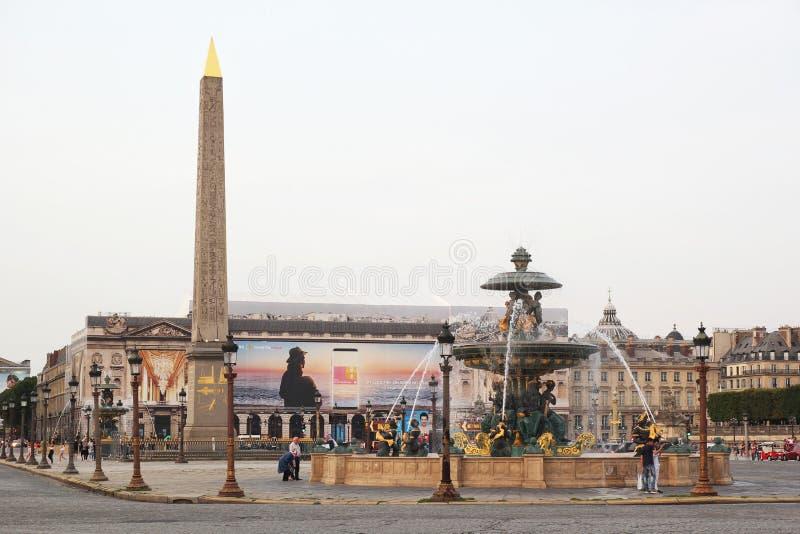 Paris, França - agosto 27,2017: Cidade bonita com construções, torre e fonte foto de stock