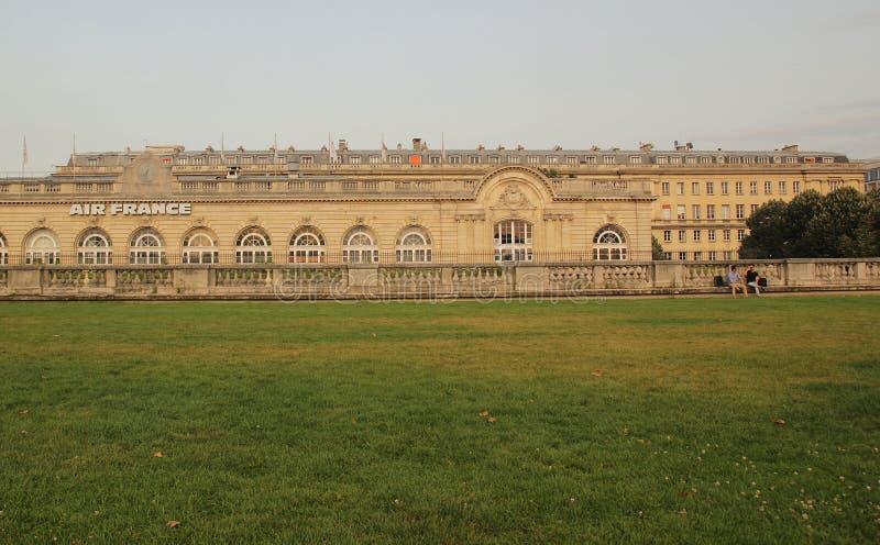 Paris, França - agosto 27,2017: Construção bonita com o prado da grama na parte dianteira de fotos de stock