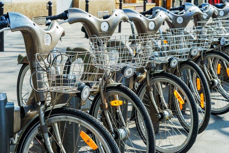 Paris, França - 2 de abril de 2009: Arrendamento público da bicicleta da estação de Velib em Paris Velib tem a penetração a mais  fotografia de stock royalty free