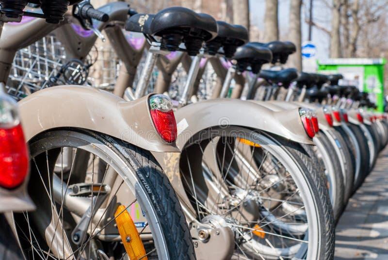 Paris, França - 2 de abril de 2009: Arrendamento público da bicicleta da estação de Velib em Paris Velib tem a penetração a mais  fotos de stock