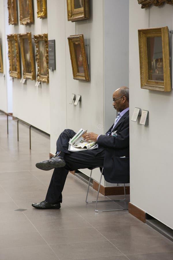 Paris, França - 12 de abril de 2011: Povos no museu do Louvre fotografia de stock royalty free