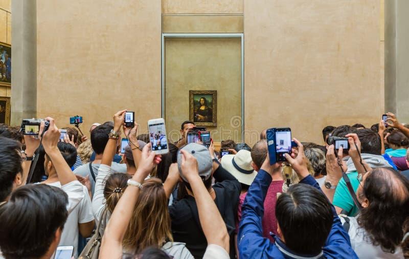 PARIS, FRANÇA - 18 de agosto de 2017: Os visitantes tomam a foto de Mona Lis imagem de stock
