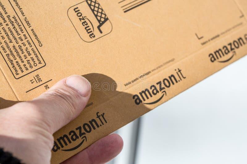 Paris, França - 8 de fevereiro de 2017: Entrega de um pacote do pacote da prima das Amazonas na parte dianteira a porta de uma ca imagens de stock