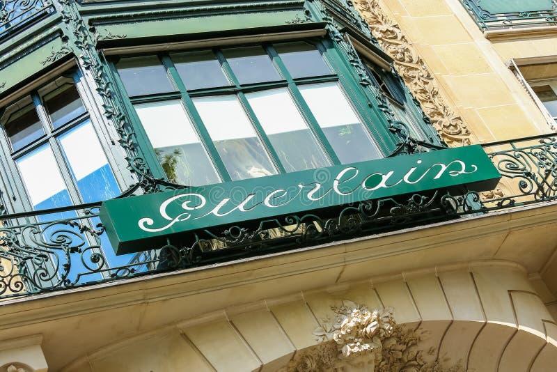 Paris, França - 14 de julho de 2014: Montra de Guerlain no Champs-Elysees imagens de stock royalty free