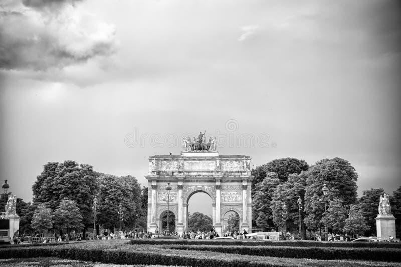 Paris, França - 2 de junho de 2017: Arc de Triomphe du Carrossel no palácio do Louvre Arqueie o monumento e árvores verdes no céu fotos de stock