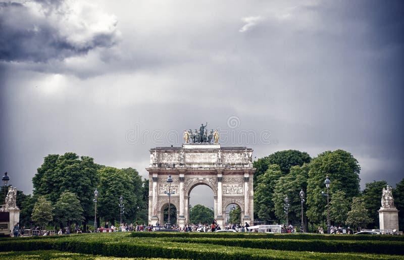 Paris, França - 2 de junho de 2017: Arc de Triomphe du Carrossel no palácio do Louvre Arqueie o monumento e árvores verdes no céu foto de stock