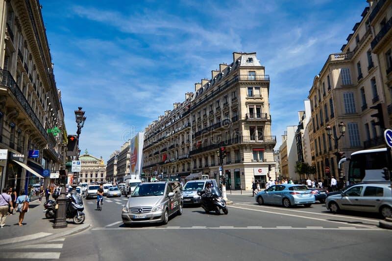 Paris, França - 29 de junho de 2015: Avenida de l ` Opéra Tráfego rodoviário imagens de stock royalty free