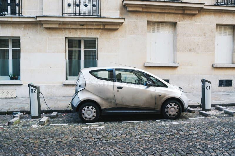 PARIS, FRANÇA - 26 DE JUNHO DE 2016: Carro Autolib estacionado e que carrega para o arrendamento na rua em Paris Autolib é um elé fotografia de stock royalty free