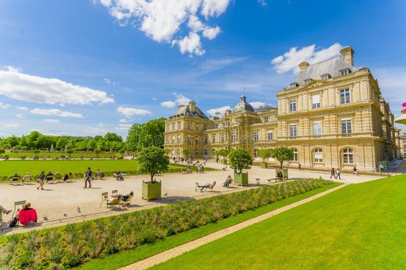 Paris, França 1º de junho de 2015: Palácio bonito de Luxemburgo com sorroundings impressionantes, o grande lago e o ambiente do j imagens de stock royalty free