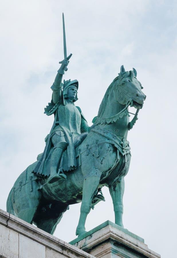 PARIS, FRANÇA - 26 DE JUNHO DE 2016: Estátua equestre de Saint Joana do arco na basílica Sacre Coeur Joana do arco (empregada dom imagens de stock