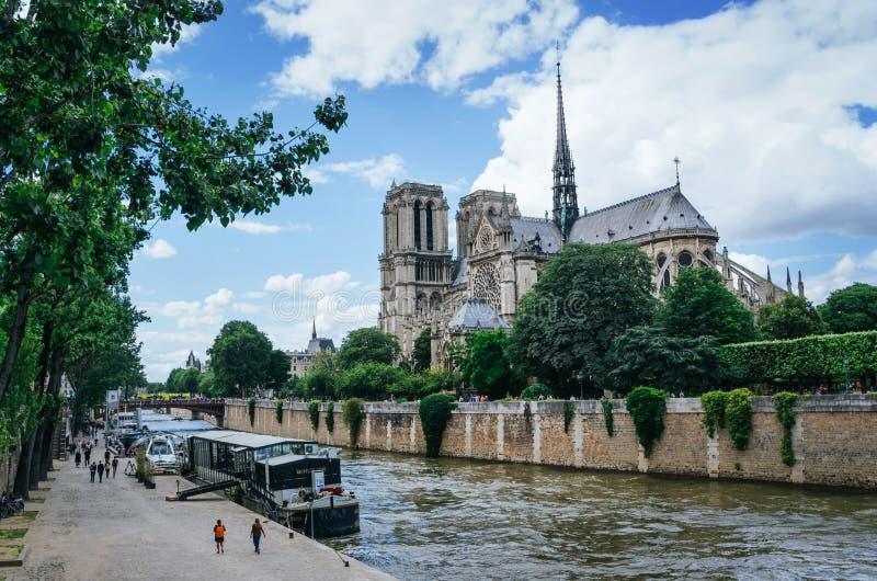PARIS, FRANÇA - 25 DE JUNHO DE 2016: Ideia do exterior de Seine River e de Nothe Dame Cathedral, uma das atrações as mais popular imagem de stock royalty free
