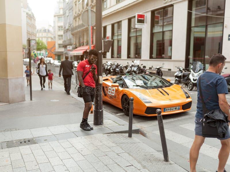 Paris França 2 de junho de 2018 Lamborghini nas ruas Carro Alaranjado cidade luxurious ajustar Supercarro imagens de stock
