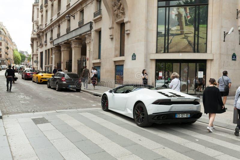 Paris França 2 de junho de 2018 Lamborghini nas ruas Carro branco cidade luxurious ajustar Supercarro fotografia de stock