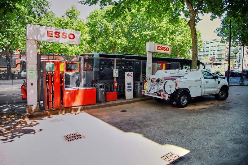 Paris, França - 28 de junho de 2015: Posto de gasolina de Esso fotografia de stock