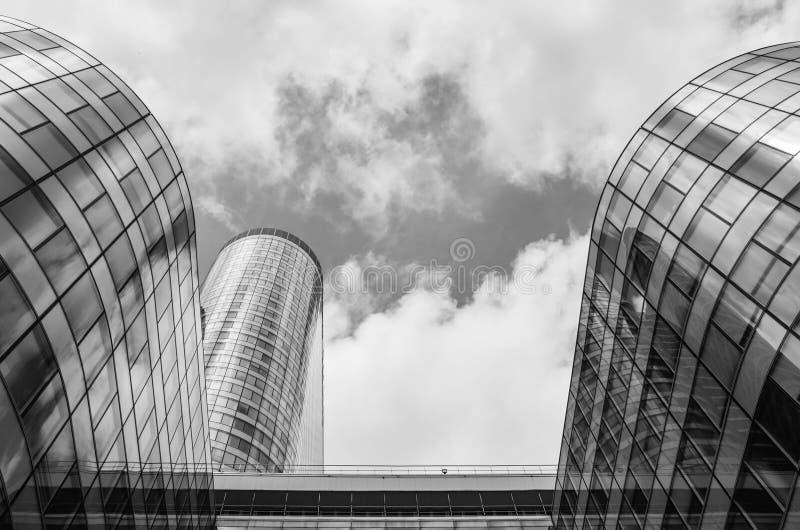 PARIS, FRANÇA - 27 DE JUNHO DE 2016: Reflexão de construções modernas do arranha-céus Arquitetura na defesa do La, comercial, fin imagens de stock