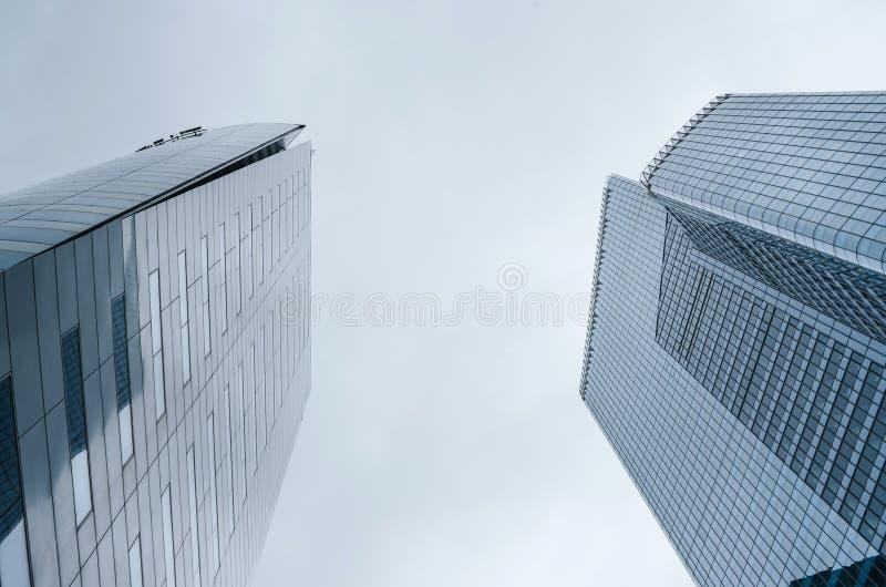 PARIS, FRANÇA - 27 DE JUNHO DE 2016: Reflexão de construções modernas do arranha-céus Arquitetura no La, defesa, Paris foto de stock royalty free