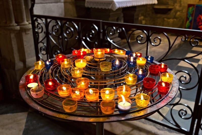 PARIS, FRANÇA - 23 DE JUNHO DE 2017: Velas na igreja do Notre-Dame de Paris imagem de stock royalty free