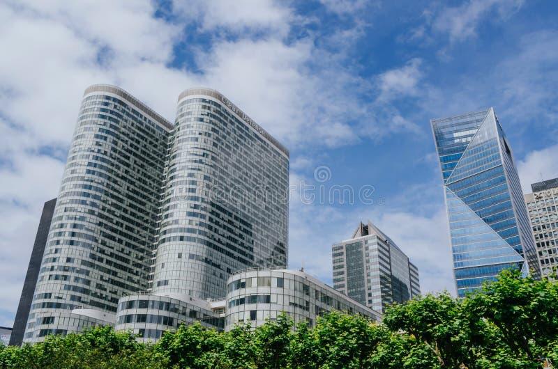 PARIS, FRANÇA - 27 DE JUNHO DE 2016: Vista de construções modernas do arranha-céus no céu azul com fundo das nuvens, árvores fron fotografia de stock