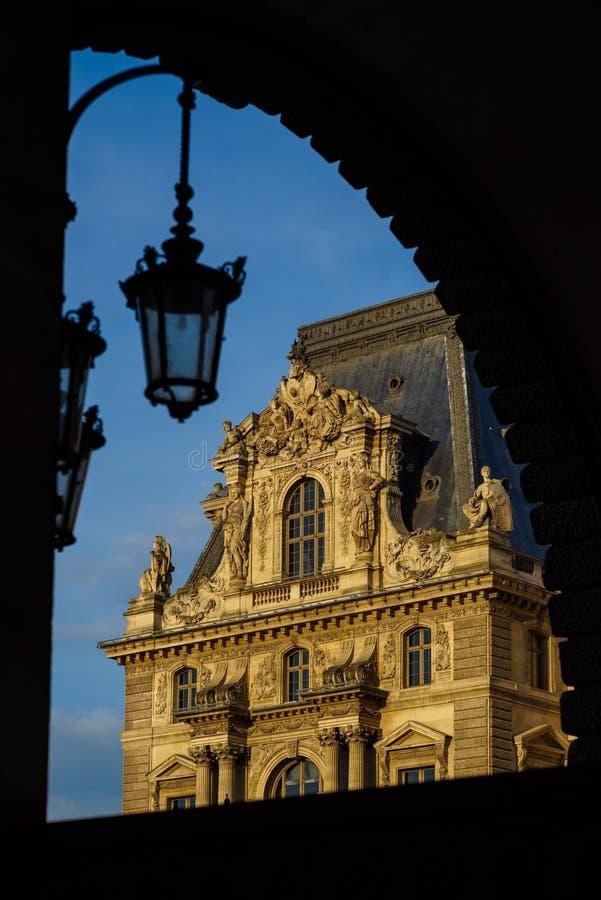 PARIS, FRANÇA - 18 DE MAIO DE 2016: Museu do Louvre com a pirâmide no twi fotos de stock