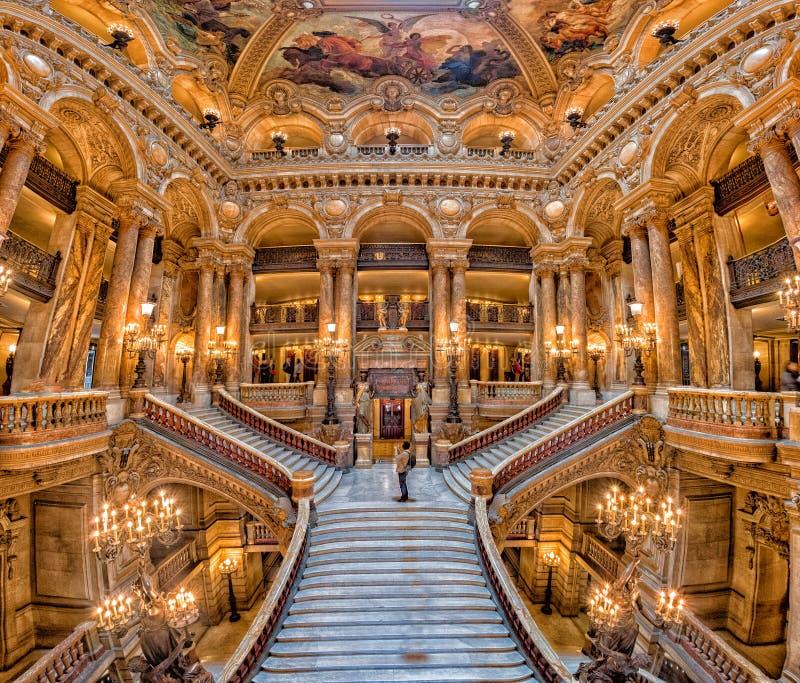 PARIS, FRANÇA - 3 DE MAIO DE 2016: opinião interior de Paris da ópera da escada imagem de stock royalty free