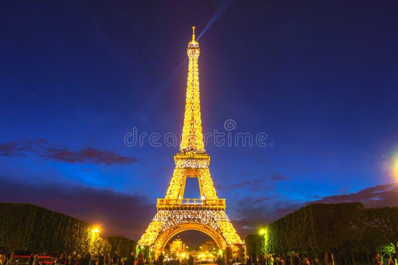 Paris, França - 1º de maio de 2017: Opinião longa da exposição da torre Eiffel, fotos de stock royalty free