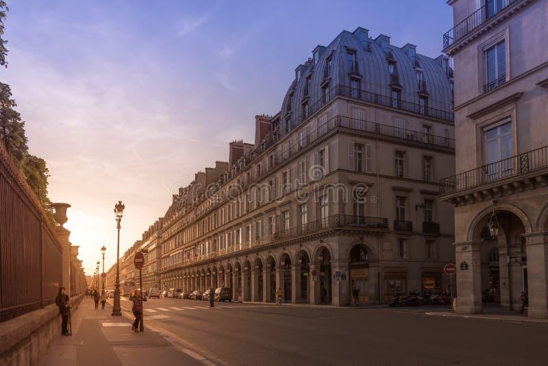 Paris, França - 17 de maio de 2016: Rua velha perto do museu do Louvre dentro fotografia de stock royalty free
