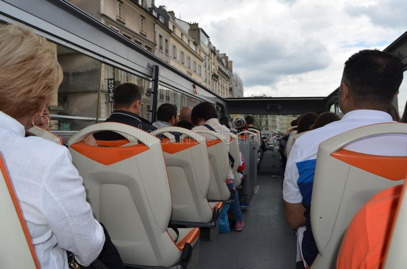 PARIS, FRANÇA - 29 DE MARÇO DE 2014: ÔNIBUS DE TURISTA DE PARIS fotos de stock royalty free
