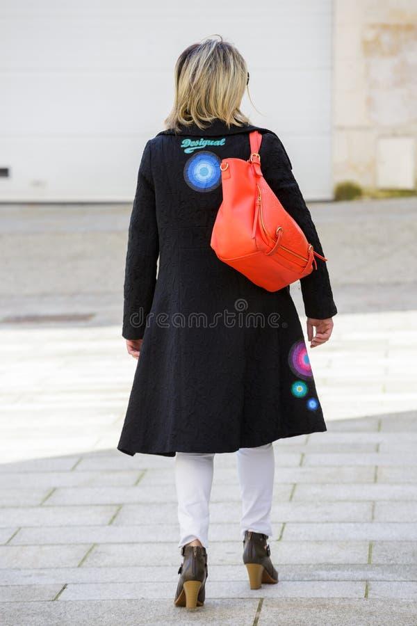 Paris, França - 27 de março de 2017: Ideia traseira de um blon bem vestido imagem de stock royalty free