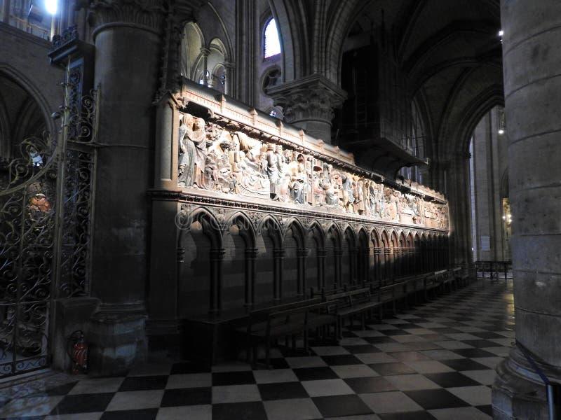 Paris, França - 31 de março de 2019: Relevos de madeira do século XIV na catedral do Notre-Dame de Paris que diz a história da vi imagens de stock
