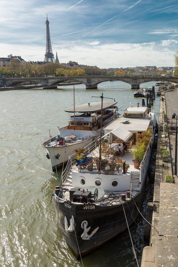 Paris, França - 30 de março de 2017: Seine em Paris e em torre Eiffel no dia de verão bonito imagens de stock