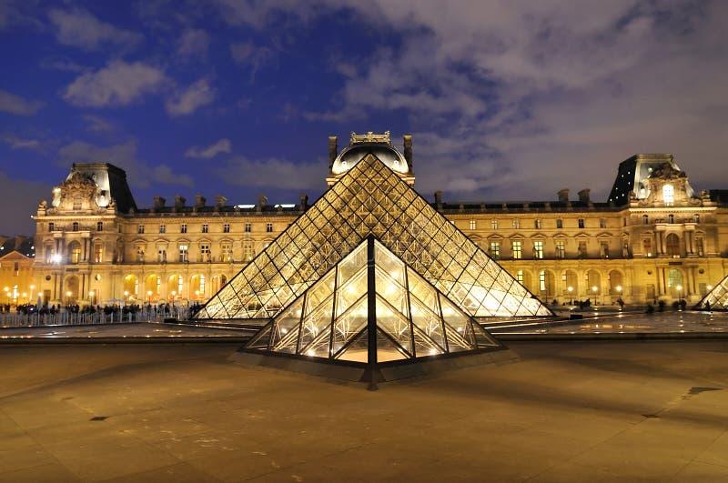 Paris, França - 10 de novembro de 2017 Pirâmide do Louvre no crepúsculo imagens de stock