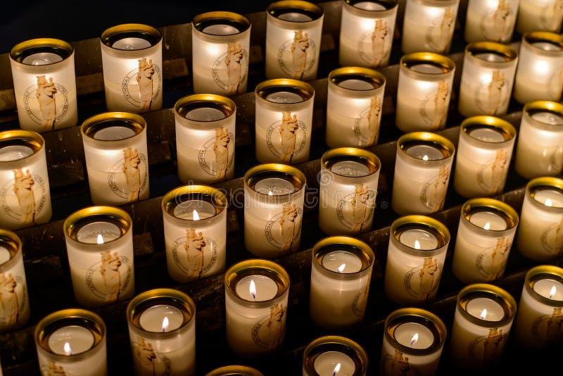 PARIS, FRANÇA - 28 de outubro de 2015: Velas do Notre-Dame de Paris Notre-Dame de Paris - catedral principal em Paris desde 1345 imagens de stock royalty free