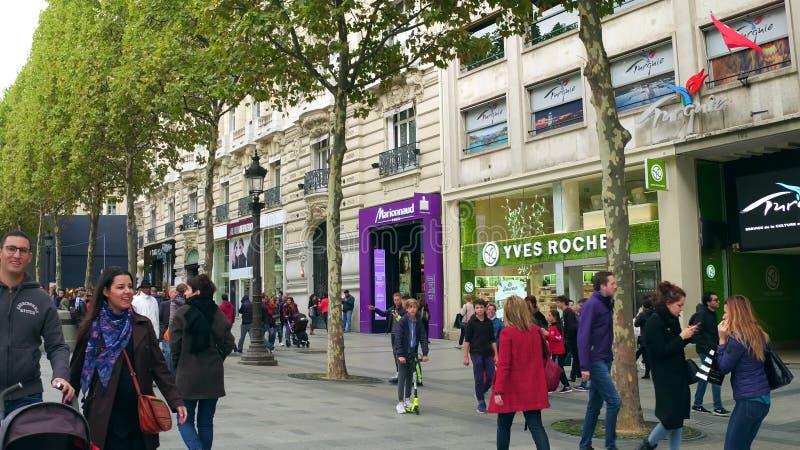 PARIS, FRANÇA - 7 DE OUTUBRO DE 2017 Passeio e montras famosos da rua de Champs-Elysees fotografia de stock