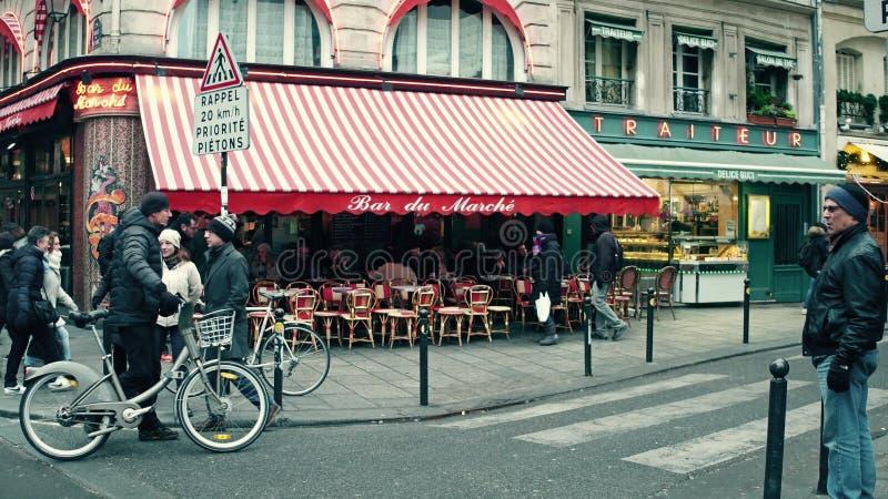 PARIS, FRANÇA - DEZEMBRO, 31, 2016 Café parisiense com toldo e tráfego urbano na interseção da estrada foto de stock