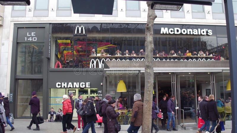 PARIS, FRANÇA - DEZEMBRO, 31, 2016 Restaurante do ` s de McDonald na rua famosa de Champs-Elysees do francês foto de stock